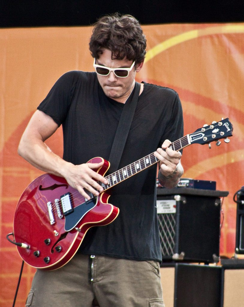 "John Mayer used the ES-335 on the Crossroads Guitar Festival in 2010, to play a cover of Bill Withers' ""Ain't No Sunshine"". Photo credit: Chris Kies/Flickr"